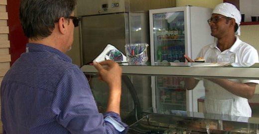 Conheça a primeira sorveteria brasileira comandada por deficientes auditivos