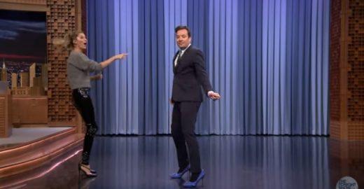 Na TV, Gisele Bündchen ensinou Jimmy Fallon a desfilar e ele brilhou!