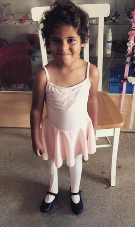 A garotinha Scarlett, com sua roupa de bailarina