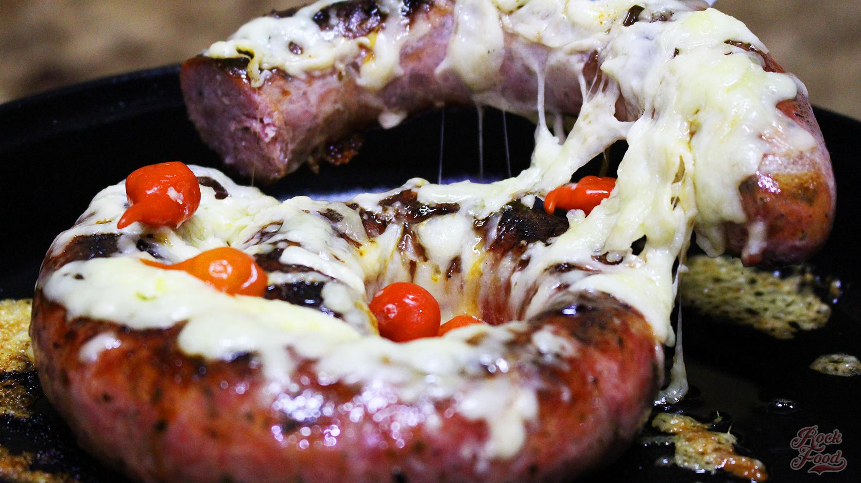 Linguiça na cachaça com parmesão e pimenta biquinho