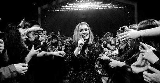 Em show de Adele, rapaz pede namorado em casamento
