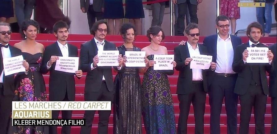 Equipe do filme 'Aquarius' protesta contra governo interino Temer em Cannes