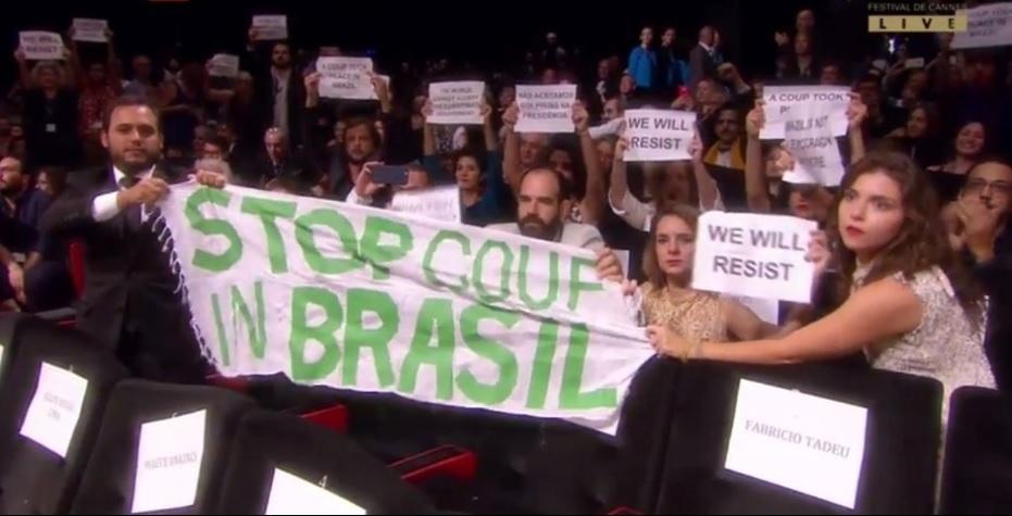 Convidados do filme 'Aquarius' estendem faixa em Cannes contra governo Temer