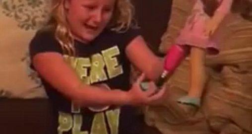Garotinha ganha boneca com prótese e o resultado é emocionante
