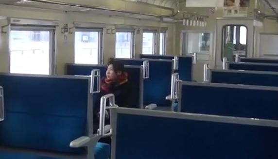 A menina dependia do trem para chegar à escola