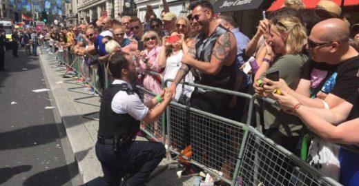 Policial pede namorado em casamento na Parada LGBT de Londres