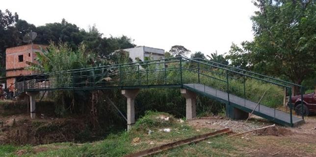 Ponte que liga os bairros de Nova Esperança e São Luiz, em Barra Mansa