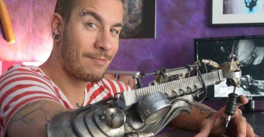Tatuador sem antebraço usa prótese com máquina adaptada para tatuar