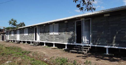Arquiteto usa plástico para construir casa para moradores de rua