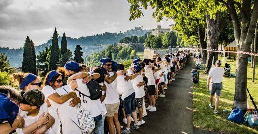 Grupo faz abraço coletivo muro medieval na Lombardia