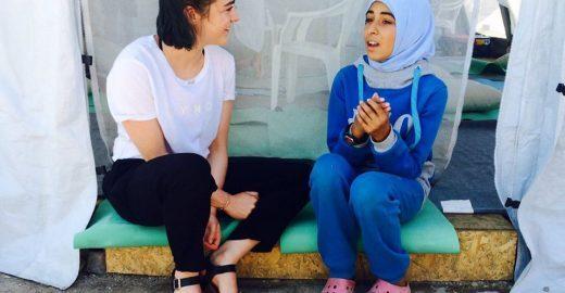 Elenco de Game of Thrones visita campo de refugiados