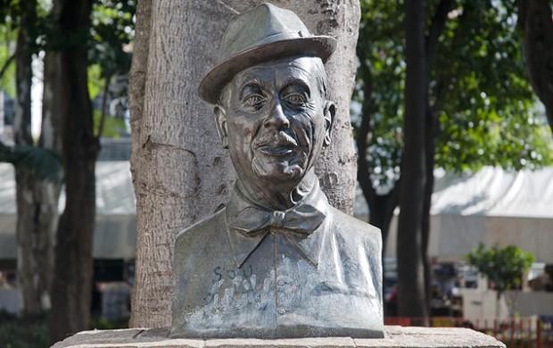 Busto de Adoniran Barbosa na Praça Dom Orione