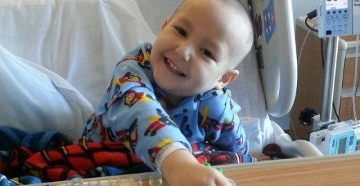 Ao saber que se curou de câncer, garoto tem reação emocionante