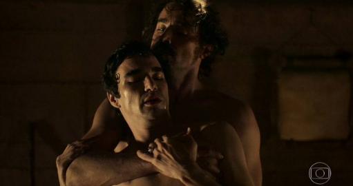 Ricardo Pereira e Caio Blat assistem juntos à cena de sexo gay