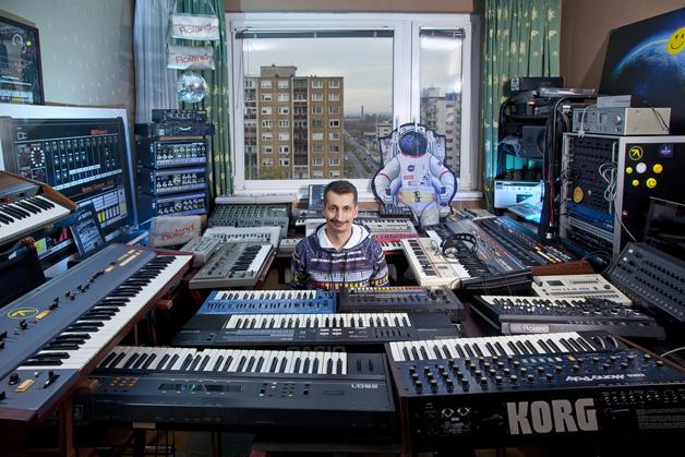 Zoli, também conhecido por seu codinome de DJ, Galactic Jackson, é um funcionário de um hotel de luxo em Budapeste. Ele realizou o seu sonho de infância ao coletar os instrumentos lendários usado na música dos anos 90