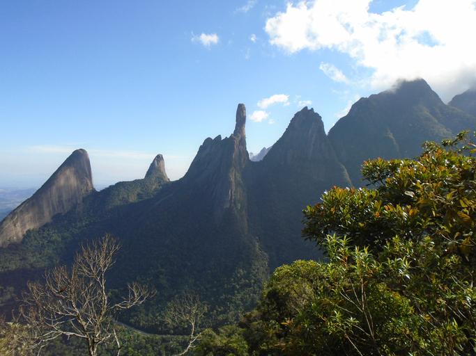 """Vista da Serra dos Órgãos National Park com o pico """"Dedo de Deus"""""""