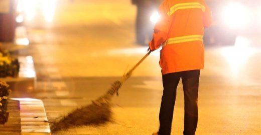 Para dar exemplo, milionária chinesa trabalha limpando as ruas