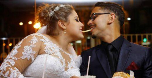 Estúdio fotografa noivos comendo McDonald's após cerimônia