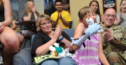 Estudantes criam prótese do 'Frozen' para garota de 9 anos