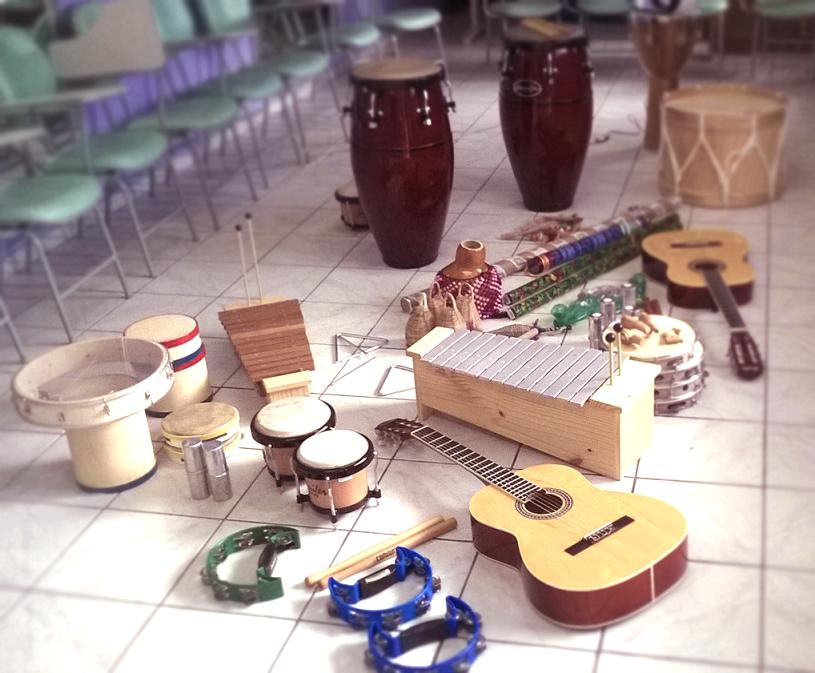 A musicoterapia usa instrumentos para trazer uma reflexão coletiva sobre as agressões
