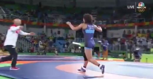 Atleta japonesa celebra medalha de ouro de maneira inusitada