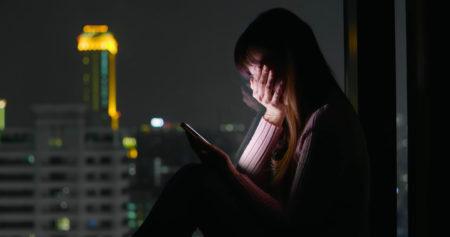 menina chorando ao ver o celular