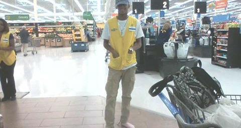 Funcionário oferece tênis para morador de rua e trabalha descalço