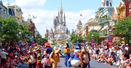 Disney busca brasileiros para ajudar visitantes sobre parques