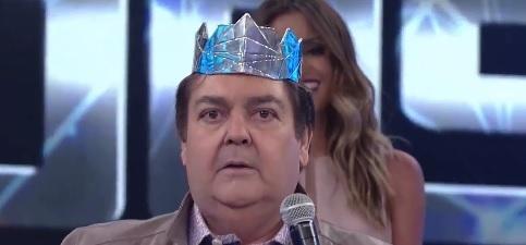 """Faustão arranca coroa de vencedor de quadro: """"fica ridículo"""""""