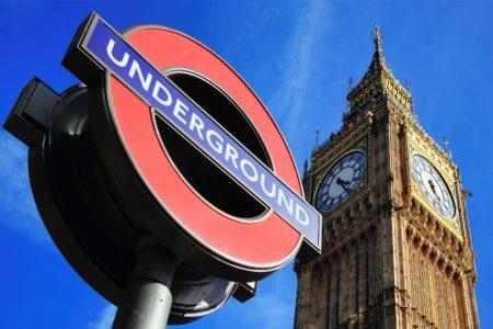 Torre do Palácio de Westminster e poste do metrô de Londres, Inglaterra