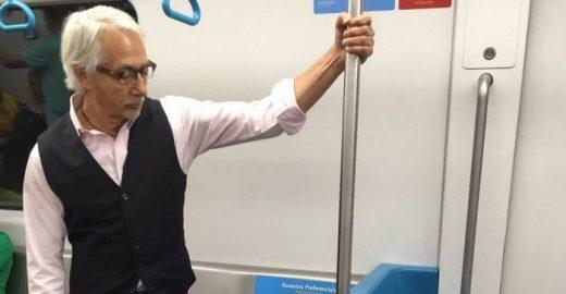 Idoso tem reação surpreendente após pessoa ceder lugar no metrô