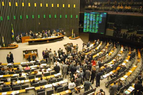 Câmara dos deputados tenta aprovar emenda que favorece os investigados na Lava Jato
