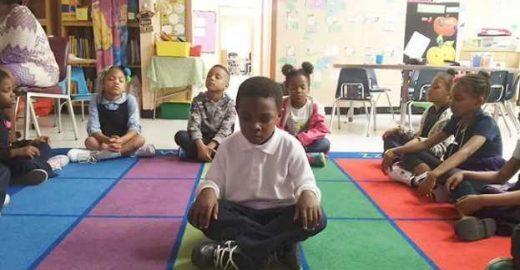 Escola troca suspensão por meditação e o resultado é supreendente