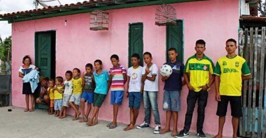 Na tentativa de ter uma menina, casal tem 13 filhos homens