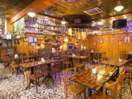O Petisco da Vila é um dos lugares que tem produção própria de cachaça