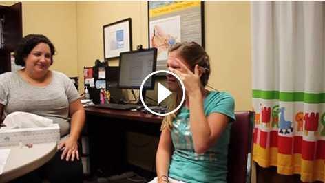 Garota com problema auditivo se comove ao ouvir a voz da mãe