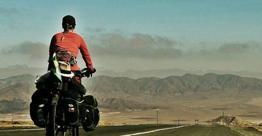 Brasileira viaja sozinha de bike pela América do Sul