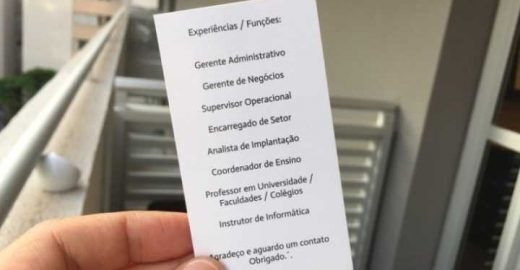 Professor distribui cartões em semáforos para pedir emprego