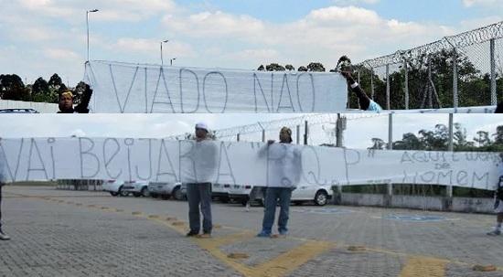 Torcida do Corinthians após ex-jogador da equipe beijar um homem publicamente. A manifestação de intolerância rendeu multa de R$ 23 mil à torcida organizada Camisa 12