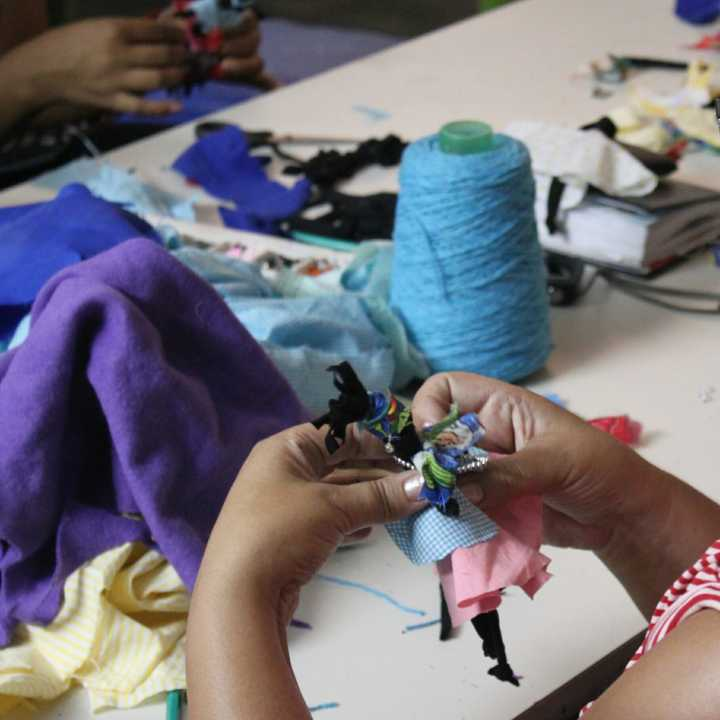 As bonecas são símbolos de resistência e tradição. o nome significa diverso em iorubá.