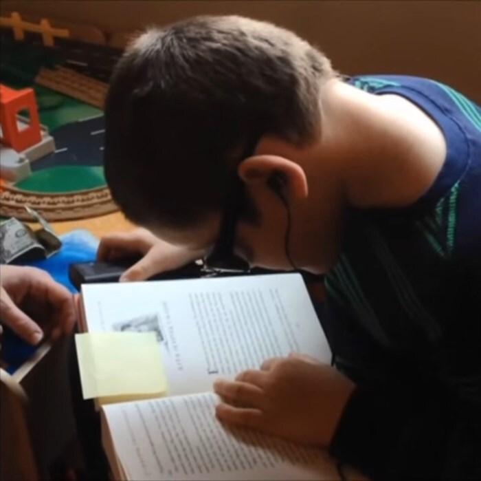 Afligido por problemas de visão de nascença, garoto de 7 anos lê Harry Potter com a ajuda da OrCam MyEye