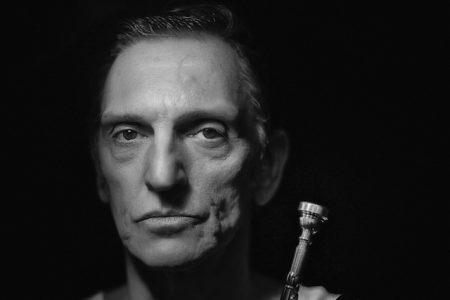 Paulo Miklos revive Chet Baker em peça homônima escrita por Sergio Roveri e dirigida por José Roberto Jardim
