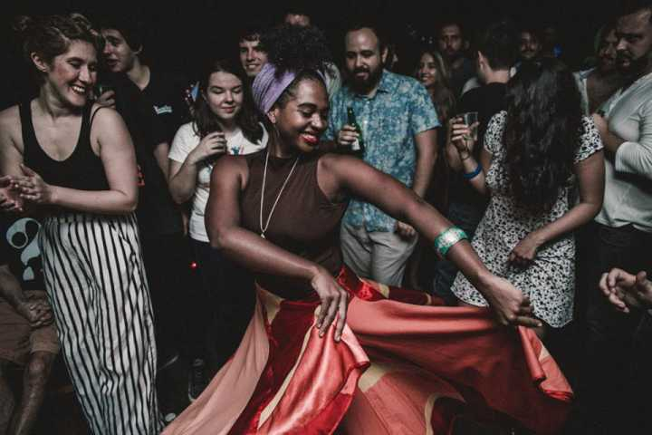 Macumbia recebe bandas e DJs na Trackers