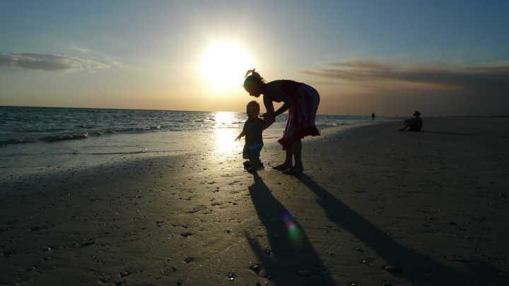 Mãe e filho na praia