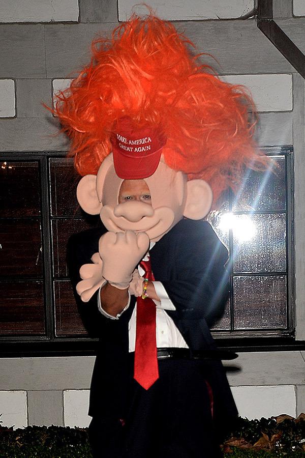 Orlando Bloom usando fantasia de Trump