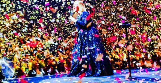 Adele recebe surpresa de namorado durante show