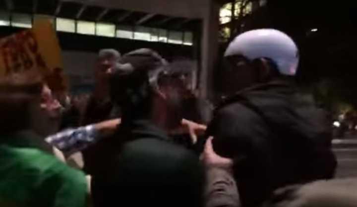 De acordo com relatos, o grupo hostilizou o ciclista na noite desta terça-feira
