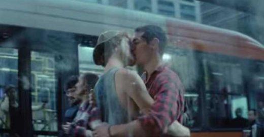 Marca de cerveja rompe padrões e exibe beijo gay no horário nobre