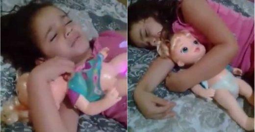 Garotinha 'mãe' de boneca se irrita e viraliza na internet