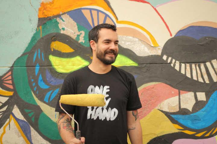 Ele ajudou a pintar um mural na parede do bar do Seu Batata